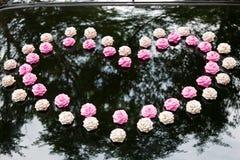 Decoração do casamento no carro Fotografia de Stock Royalty Free