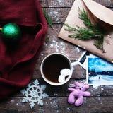 Decoração do inverno Composição no fundo de madeira Chá quente, velas, toranja cortada Natal Modo do Natal Espírito do Natal? com Imagem de Stock Royalty Free