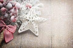 A decoração do Natal com abeto ramifica no fundo de madeira Imagens de Stock Royalty Free