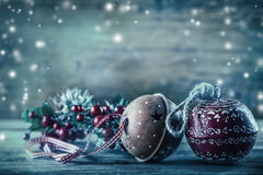 Decoração do Natal dos ramos do pinho de Jingle Bells na atmosfera da neve Foto de Stock