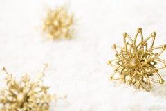 Decoração do ouro do floco de neve, floco dourado da neve do Natal dos Sparkles Imagem de Stock Royalty Free