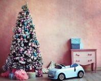 Decoração retro do Natal da sala do pintainho gasto Fotografia de Stock Royalty Free