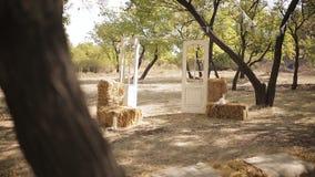 Decoração rústica surpreendente da cerimônia de casamento com as cadeiras do estoque do feno, conceito do casamento do verão video estoque