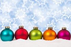Decorat colorido del invierno de la nieve del fondo de las bolas de la Navidad en fila Fotografía de archivo libre de regalías