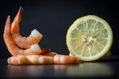 Decorate Speisetischnahrungsmittelkochten schöne Garnelengarnelen gekochte Meeresfrüchte und Zitrone stockfotos