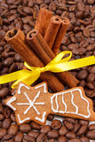 Decorated gingerbread and cinnamon sticks on coffee grains, christmas time Royalty Free Stock Photos