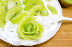 Decorated sliced kiwi with cream dessert Royalty Free Stock Photography