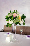 DECORATED TABLE WITH BEAUTIFUL FLOWERS IN THE ELEGANT RESTAURANT Stock Images