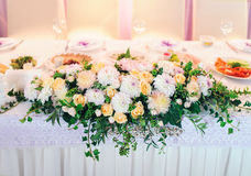 DECORATED TABLE WITH BEAUTIFUL FLOWERS IN THE ELEGANT RESTAURANT Stock Photography