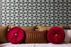 Decorateed soffa med den utsmyckade kudden royaltyfri foto
