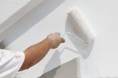 Decorateur het schilderen muur Stock Fotografie