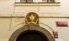 Decoratie in de vorm van gouden amfora over de boog. Oude stad van Praag Royalty-vrije Stock Foto