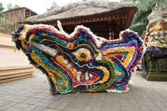 Decoratie die op worden de voorbereid bood crematietoren voor een Ubud-Koninklijke Familiebegrafenis, Pelebon-ceremonie Stock Afbeelding