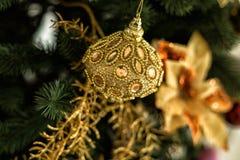 Decoratie en gouden bal op Kerstmis Royalty-vrije Stock Foto's