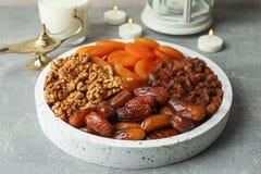 Decoratie en voedsel van Ramadan Kareem-vakantie stock afbeelding