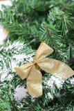 Decoratie gouden billow op de nieuwe tak van de jaarboom stock foto