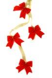 Decoratie, gouden lint met rode boog Stock Afbeeldingen