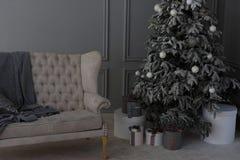 Decoratie in grijze kleur Gelukkige Nieuwjaardecoratie in grijze kleur Stock Foto's