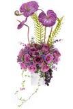 Decoratie kunstmatige plastic bloem met uitstekende ontwerpvaas Stock Fotografie