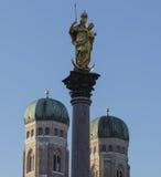 Decoratie in Marienplatz, standbeeld van mariensaule Stock Foto's
