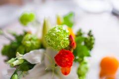 Decoratie met bloemen en fruit Stock Foto's