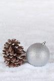 Decoratie met de bal van de Kerstmisboom, sneeuw en copyspace Stock Foto