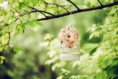Decoratie met de zomerbloemen mooie kooi Royalty-vrije Stock Foto's