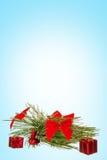 Decoratie met groene pijnboom of spar en vele giften voor Kerstmis t stock afbeelding
