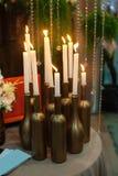 Decoratie met kaarsen op de lijst voor huwelijksceremonie Royalty-vrije Stock Foto's