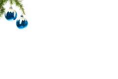Decoratie met pijnboom of spar en sneeuw blauwe ornamentenballen stock foto