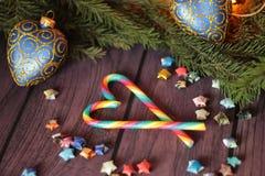 Decoratie met Suikergoedriet en Kerstmisboom Stock Foto