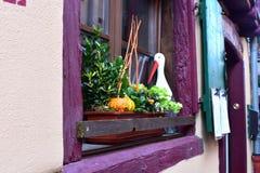 Decoratie op de straat met bloemen en ooievaar stock afbeeldingen
