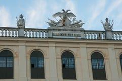 Decoratie op het dak van het Schoenbrunn-Paleis in Wenen, Oostenrijk stock foto
