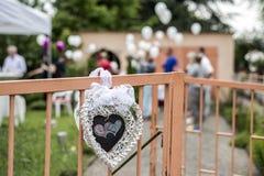 Decoratie openluchtopstelling voor huwelijk met roze gekleurd hart Stock Afbeeldingen