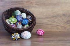 Decoratie - Pasen-kleureneieren in een mand stock foto's