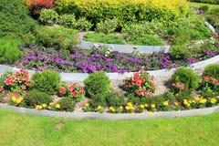 Decoratie tiered bloembedden Stock Foto