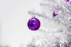 Decoratie ultraviolette snuisterijen op zilveren kunstmatige Kerstboom Royalty-vrije Stock Foto