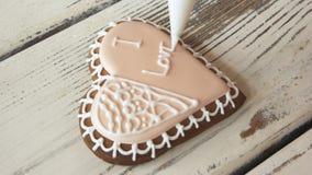 Decoratie van berijpt koekje voor Valentijnskaartendag stock video