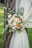 Decoratie van bloemen en stoffen van een huwelijksboog Royalty-vrije Stock Afbeeldingen