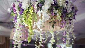 Decoratie van bloemen in het restaurant voor een huwelijksdiner stock footage