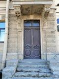 Decoratie van de deur van het oude gebouw stock foto