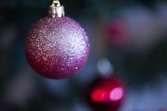 Decoratie van de kerstboom de rode bal stock afbeelding