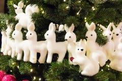 Decoratie van de Kerstboom veel speelgoed van dierlijke cijfersherten en eekhoorn, tegen de achtergrond van een pluizige spar Royalty-vrije Stock Fotografie