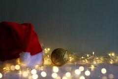 decoratie van de Kerstmis de gouden bal met slinger warme lichten Stock Afbeelding