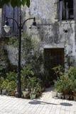 Decoratie van de portiek met bloemen in potten Ingang aan het huis Stock Afbeelding