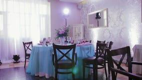 Decoratie van de zaal en de feestelijke lijsten met schotels voor de huwelijksontvangst stock videobeelden