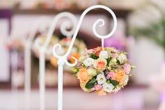 Decoratie van de zaal voor de huwelijksceremonie Rond boeket van rozen Royalty-vrije Stock Foto