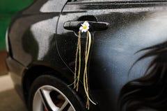 Decoratie van een huwelijksauto Stock Foto