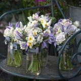 Decoratie van eettafel boeket van witte narcissen in vaas o royalty-vrije stock afbeeldingen