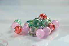 Decoratie van gekleurde ballen op een witte achtergrond Royalty-vrije Stock Foto's